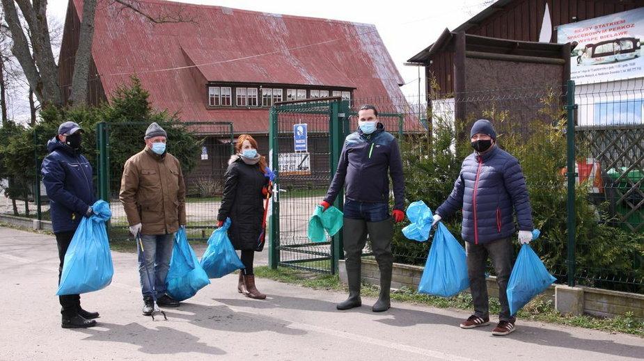 W Światowy Dzień Ziemi sprzątali brzeg jeziora Drawsko. Fot. UM Czaplinek