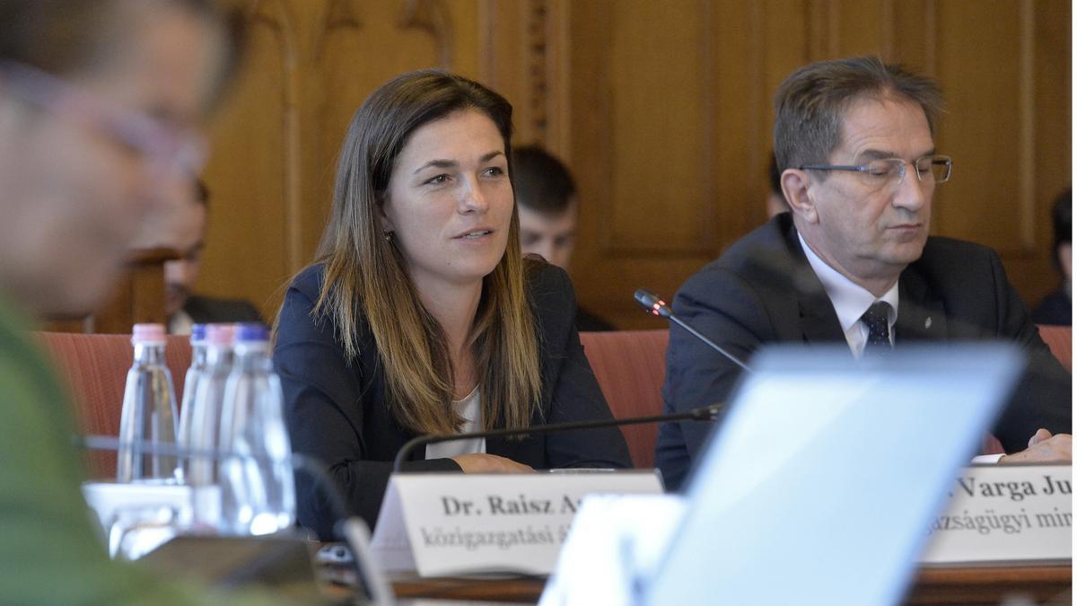 Varga Juditot megkergették a Parlament folyosóján: Tordai Bence videóra is vette az akciót