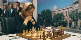 Zmusili Polkę, aby założyła hidżab
