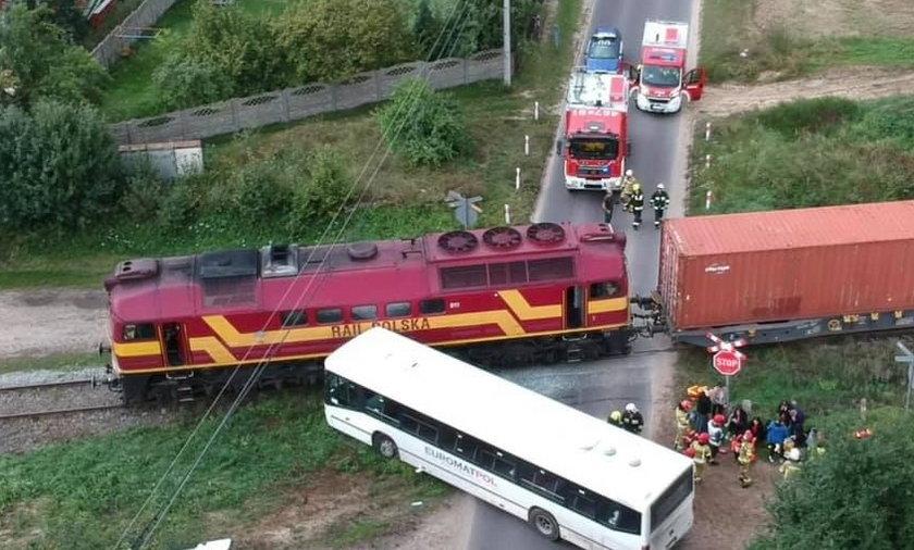 Autobus zderzył się z pociągiem.