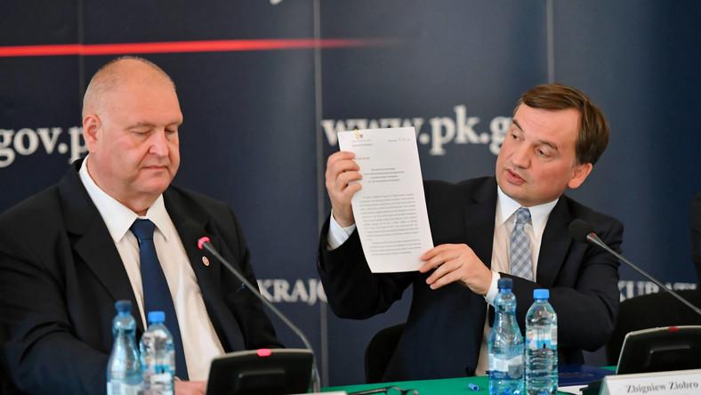 Minister sprawiedliwości Zbigniew Ziobro (P) oraz prokurator krajowy Bogdan Święczkowski (L)