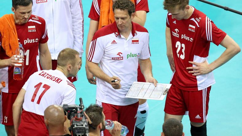 Trener reprezentacji Polski Stephane Antiga z zawodnikami podczas meczu w Serbią