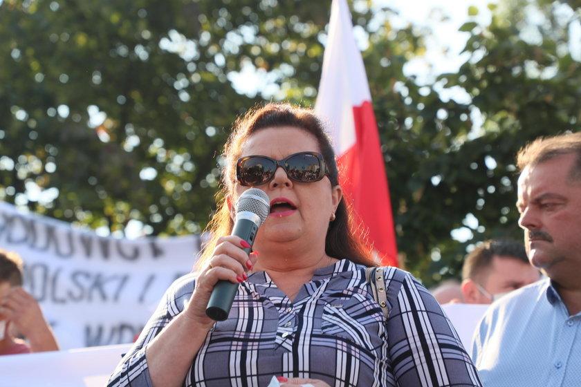 Renata Beger na proteście przed siedzibą PiS
