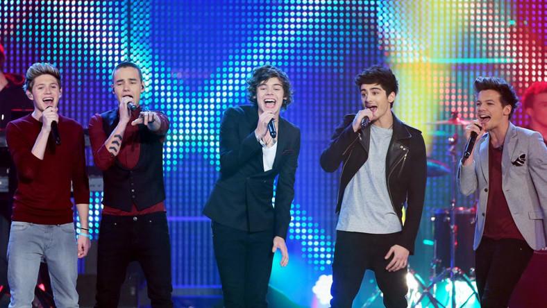 Chłopcy z One Direction nie tylko zaśpiewali z werwą starą piosenkę, ale postarali się o godną oprawę hitu. W video przeboju występuje sam...premier Wielkiej Brytanii David Cameron...