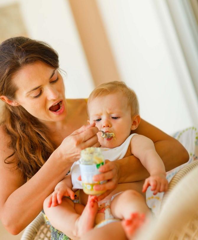 Važno je postepeno uvoditi čvrstu hranu u ishranu i u malim količinama