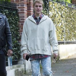 Justin Bieber tym razem w pełnym ubraniu. Ten skromnie wyglądający chłopak nie przypomina sam siebie