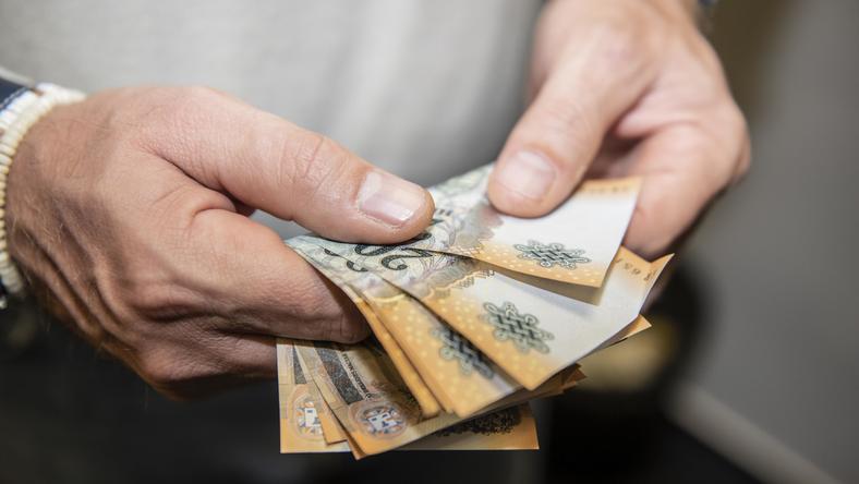 Az adóterhek miatt sok munkáltató trükközik / illusztráció: Koncz Márton