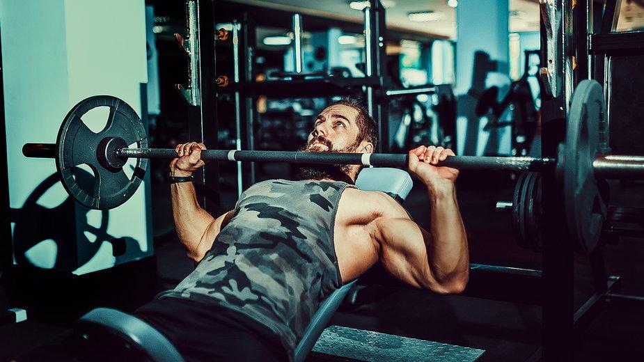 Aby uzyskać jak najlepsze efekty zarówno wizualne, jak i siłowe, warto zadbać o odpowiedni plan treningowy