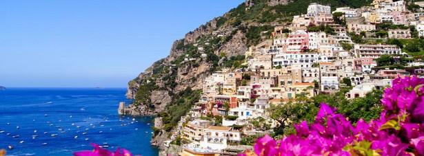 Positano – maleńkie miasto, w którym mieszkają niecałe 4 tys. osób. Patrząc na zdjęcia Positano, łatwo zrozumieć dlaczego jest miejscem tak chętnie odwiedzanym przez turystów.