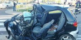 Matiz roztrzaskał się o autobus. Nie żyje 18-latka, dwie kobiety ranne