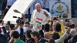 Pielgrzymka papieża Franciszka do Iraku. Tłumy ludzi bez maseczek
