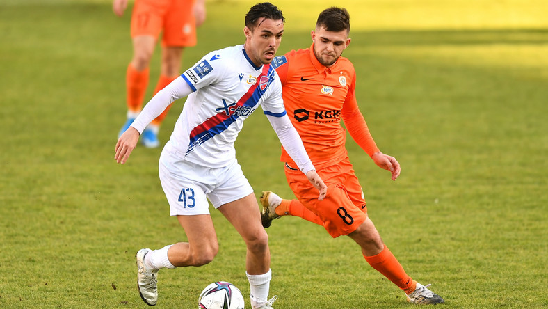 Piłkarz KGHM Zagłębia Lubin Łukasz Poręba (P) i David Tijanic (L) z Rakowa Częstochowa podczas meczu Ekstraklasy