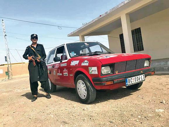 Jedan od čuvara na benzinskoj pumpi u Pakistanu