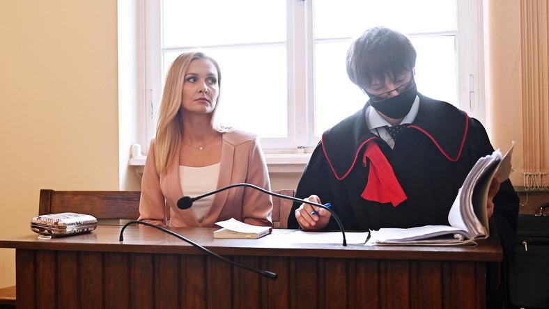 Gdańsk, 10.07.2020. Pokrzywdzona Natalia Nitek-Płażynska (L) i prokurator Mariusz Skwierawski (P) na sali Sądu Okręgowego w Gdańsku, 10 bm. Sąd ogłosił wyrok w procesie apelacyjnym niemieckiego przedsiębiorcy Hansa G. oskarżonego o znieważenie pięciu pracowników jego firmy działającej w Pomorskiem. Sąd uznał, że oskarżony popełnił przestępstwo, wyrok jest prawomocny. (aldg) PAP/Marcin Gadomski UWAGA!!! ZAKAZ PUBLIKACJI DANYCH OSOBOWYCH OSKARŻONEGO!!!