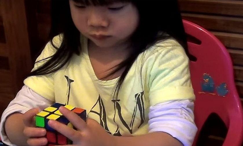 Genialna 2-latka! Układa kostkę Rubika w 70 sekund
