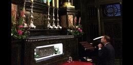 Andrzej Duda pod krzyżem. To zdjęcie to symbol!