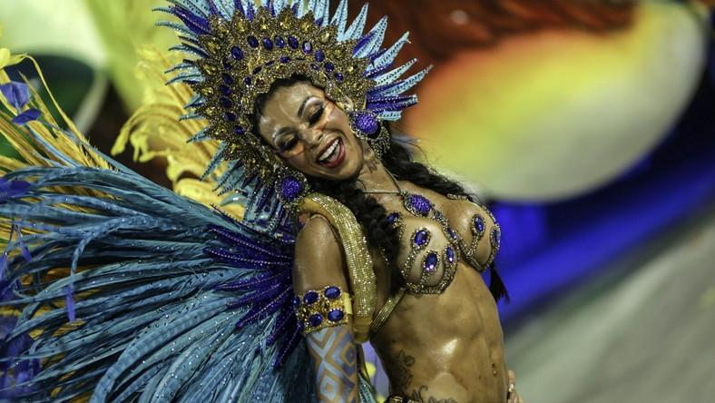 Tysiące tancerzy wzięło udział w karnawałowej paradzie w Rio de Janeiro.