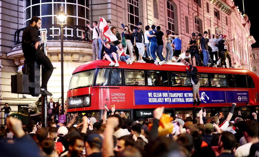 Kibice w Wielkiej Brytanii świętowali na ulicach, ale też w pubach.