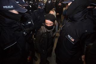 Strajk Kobiet: Fotoreporterka zaatakowana przez policjanta, nie przyznaje się do zarzutów