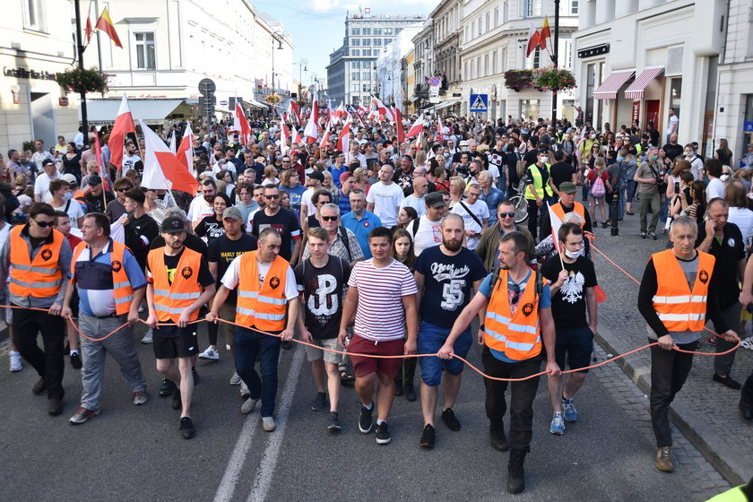 Tęczowe flagi i białe róże na Marszu Powstania Warszawskiego. Interweniowała policja