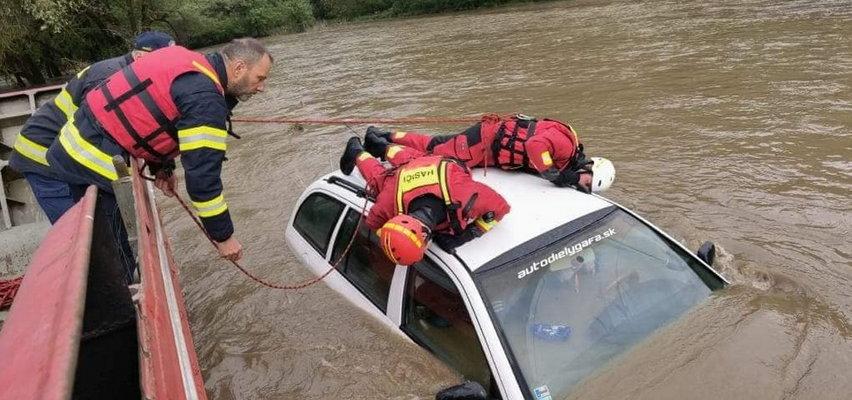 Horror we wsi Rudna. Pękła tama. Woda porywa samochody i zalewa domy [FILM]