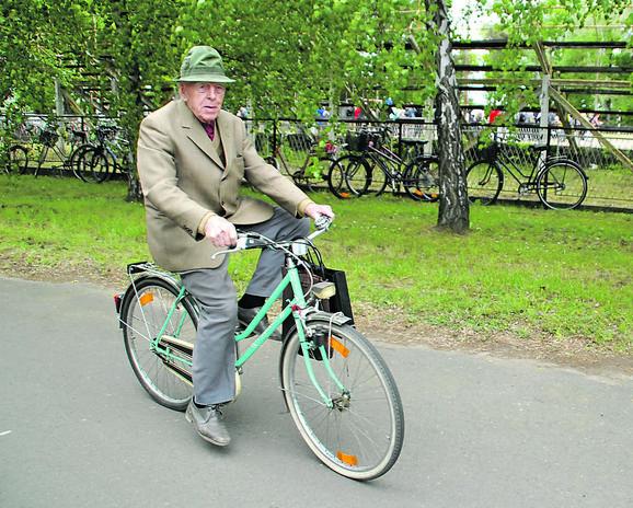 Od bicikla se ne odvaja, ali bi voleo i da opet vozi čamac