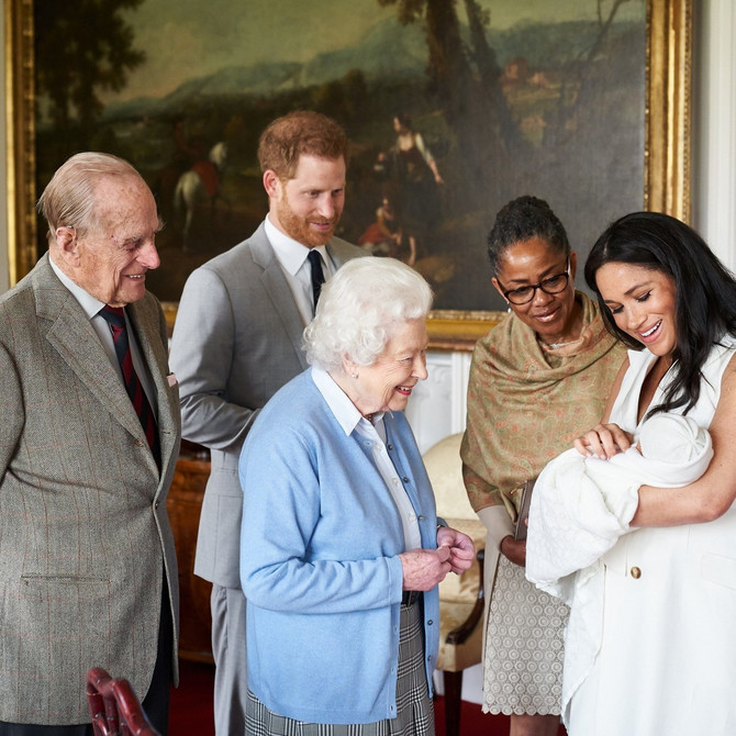 Megan Markl sa sinom Arčijem Harisonom, suprugom Harijem, kraljicom Elizabetom II, princom Filipom i  Dorijom Ragland, u Vindzoru nekoliko dana nakon Arčijevog rođenja