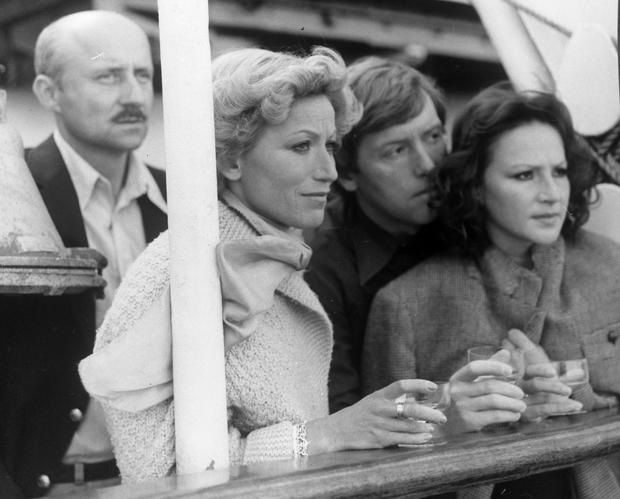 """Małgorzata Niemirska (pierwsza z prawej) i Marek Walczewski (pierwszy z lewej) w filmie """"Spotkanie na Atlantyku"""""""