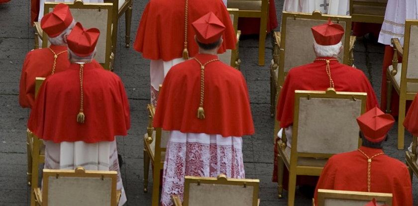 Szok! Policjanci przebrali się za księży, żeby złapać oszustów w strojach kardynałów