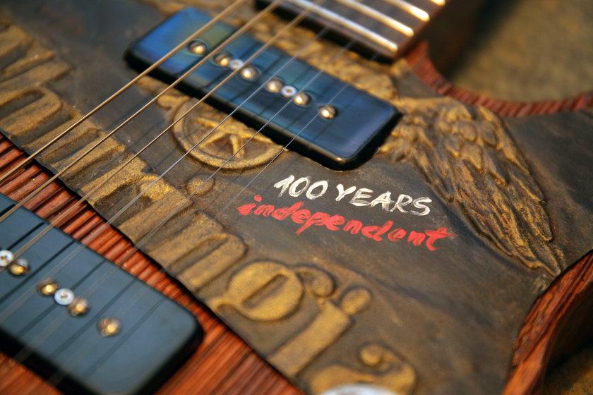 Lutnik z Łodzi zbudował gitarę na 100 lecie niepodległości Polski
