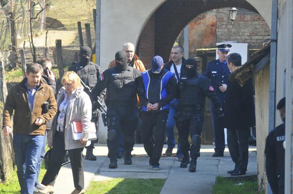 Policija privodi osumnjičenog snajperistu u Petrovaradinu