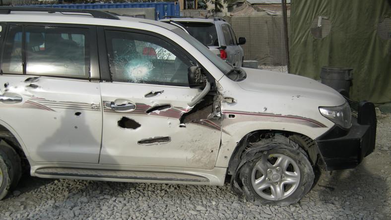 Na początku grudnia 2013 roku doszło do zamachu bombowego na kolumnę trzech samochodów należących do polskiej ambasady w Afganistanie. Auta wysłano z misją z placówki w Kabulu do bazy w Bagram. Dziennik.pl zdobył zdjęcia opancerzonej toyoty, którą pokiereszowały odłamki i rozmawiał z oficerem BOR będącym wówczas w konwoju.