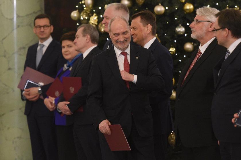 Miało wylecieć 5 ministrów. Nie wyleciał żaden. Oto wielka piątka zwycięzców
