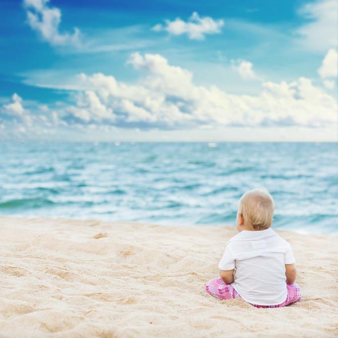 Nije dobro da beba na plaži bude gola