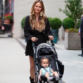 Chrissy Teigen spaceruje z córeczką. Wszyscy patrzyli jednak na nogi modelki