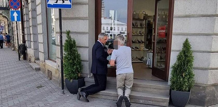 Zaskakujące sceny w Nowym Sączu. Znany poseł klęczał przed sklepem. O co chodzi?