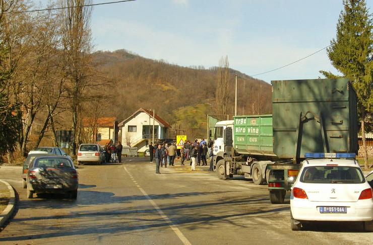 435361_loznica05-mestani-i-radnici-blokirali-put-u-zajaci-ne-dozvoljavaju-ulazak-i-izlazak-kamiona-iz-pogona-foto-s.pajic