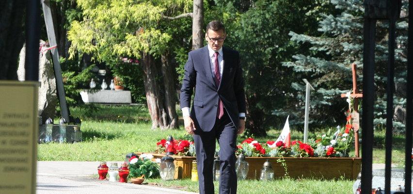 Miesięcznica smoleńska na Powązkach. Morawiecki w pewnym momencie odłączył się od delegacji. Miał ważny powód