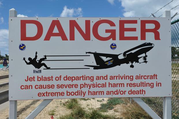 Tabliczka ostrzegawcza na wyspie
