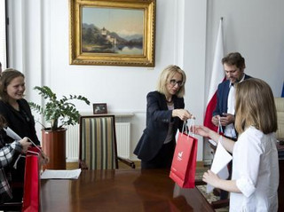 Minister finansów, Teresa Czerwińska w rozmowie z dziećmi: Wy też będziecie zaciągać swoje długi [WYWIAD]
