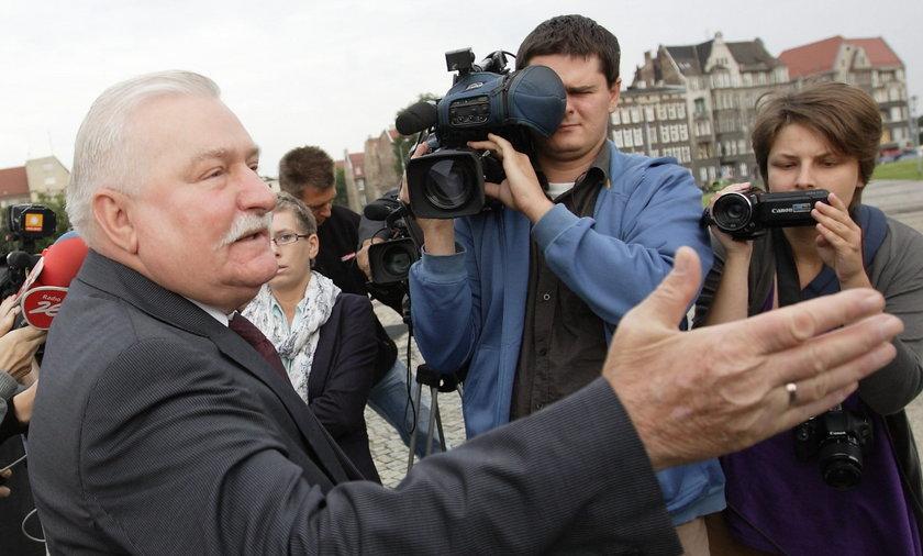 Lech Wałęsa pod pomnikiem