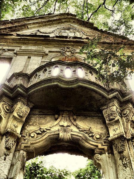 Zrujnowany pałac w okolicach Lubina