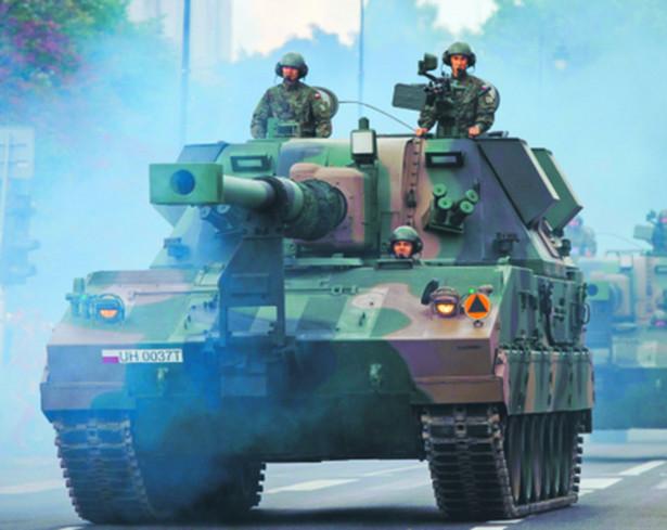 """Armatohaubice Krab To jeden z nowszych rodzajów broni w Wojsku Polskim, mamy ich kilkadziesiąt (ciągle trwa ich produkcja w Stalowej Woli), jej zasięg to 40 km. Choć miał to być produkt polski, to skończyło się na tym, że kupiliśmy podwozie od koreańskiego Samsunga i teraz produkujemy je na licencji. Także część innych komponentów jest kupowana za granicą, ale docelowo produkt ma być jak najbardziej """"spolszczony"""". Niestety, nie ma co liczyć na duży eksport – ponieważ jego cena w stosunku do konkurentów w swojej klasie jest znacznie wyższa."""