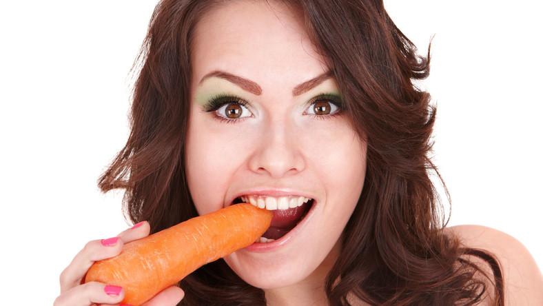 Dietetyk Sian Porter zdradza w serwisie dailymail.co.uk, jakie produkty są najlepsze dla zdrowych oczu