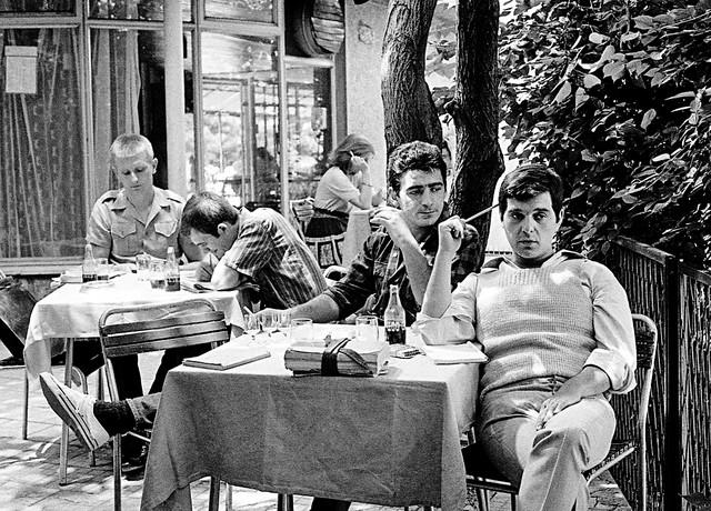 """Boca (Bogdan Diklić), Uške (Aleksandar Berček). Miki Rubiroza (Miki Manojlović) i Bane Bumbar (Branko Cvejić), kultna serija """"Grlom u jagode"""""""