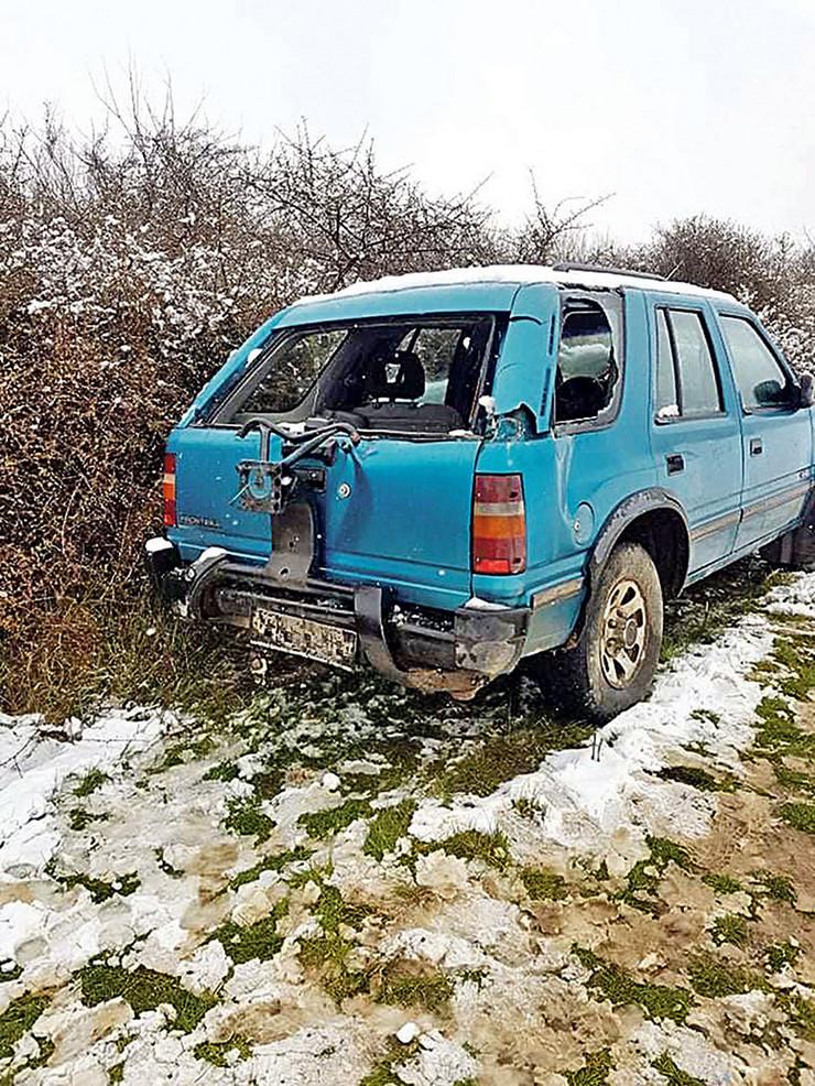 Novosadska policija ekspresno je uhvatila dvojicu lopova koji su od žene uzeli oko 25.000 evra i traga za razbojnicima koji su opljačkali firmu za transport novca
