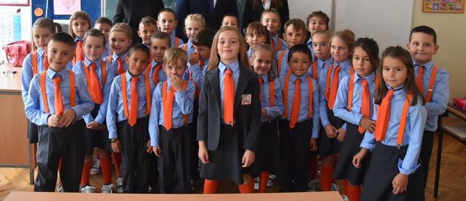 Đaci iz Vrčina u školskim uniformama