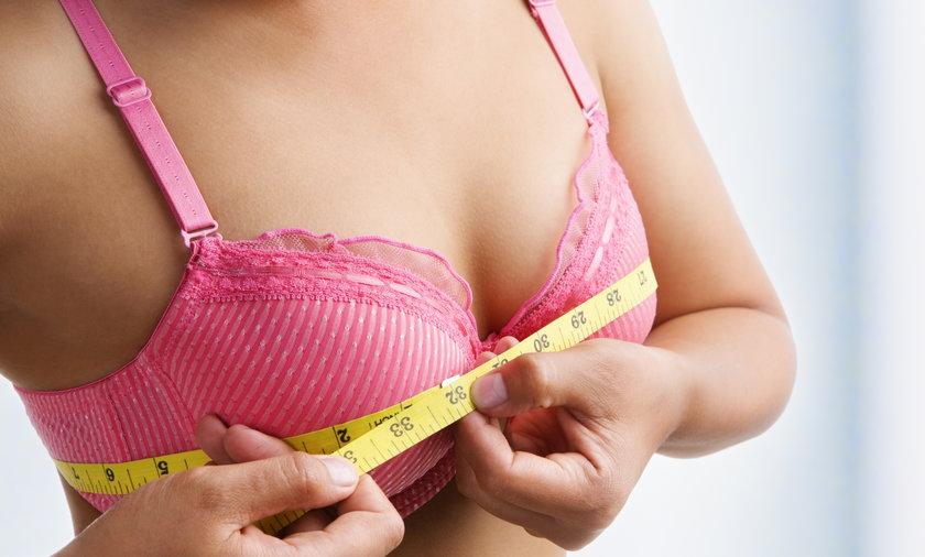 Kobieta mierząca sobie rozmiar biustu