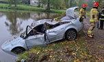Auto dachowało i wpadło do stawu. Policjanci nie dowierzali, kiedy usłyszeli od kierowcy, co było przyczyną