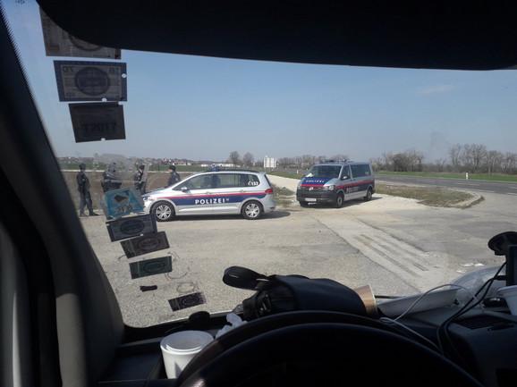 Austrijska policija ih povremeno pušta da idu u nabavku, ali nemaju uslova za higijenu
